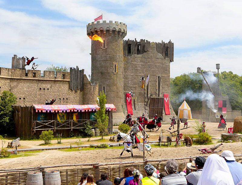 explosions et cascades pendant le spectacle de chevaliers