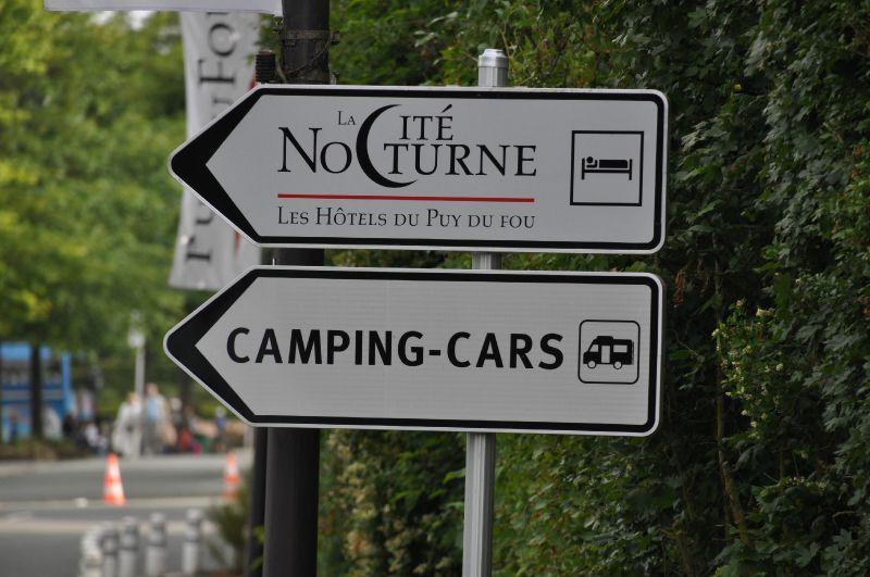pancarte d'accueil de l'air camping car à côté de la cité nocturne du Puy du Fou
