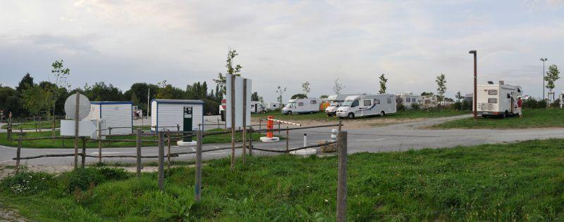 des camping cars stationnés sur le parking