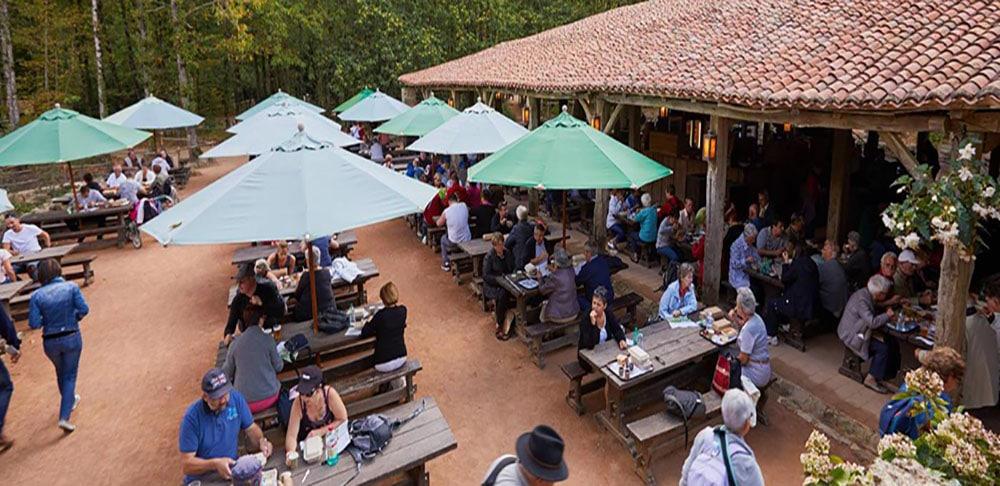 les tables d'un restaurant dans le parc du Puy du Fou